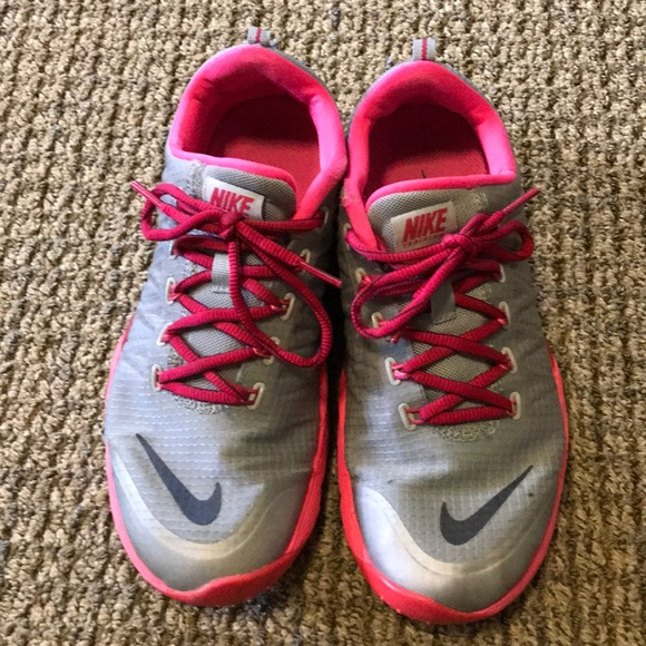 NIKE SIZE 8.5 WOMENS TENNIS SHOE